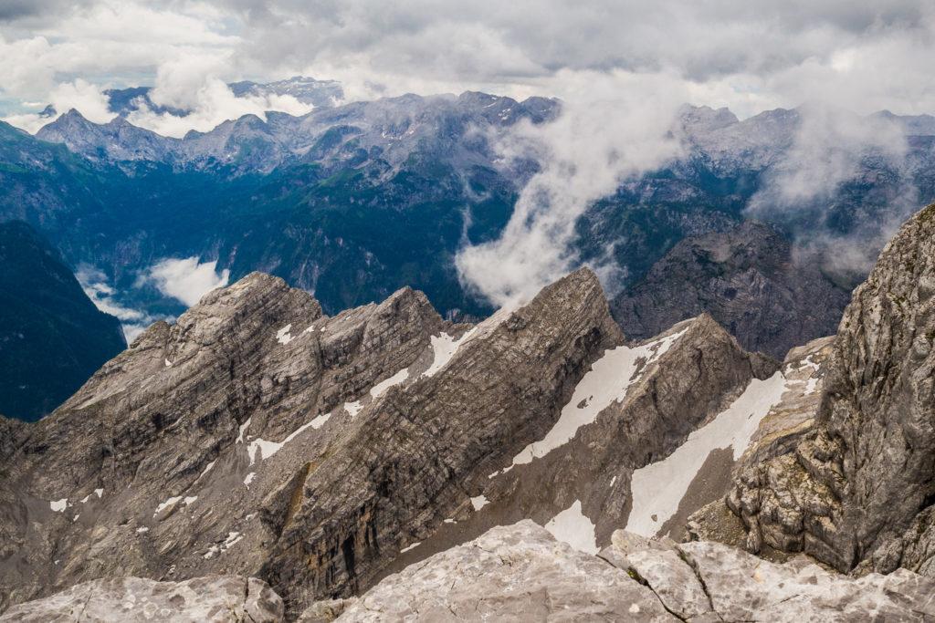 Aus meiner Hüttentour Watzmann: Die Berglandschaft in den Alpen auf über 2300 Meter Höhe zeigt die Watzmannkinder im Nationalpark Berchdesgaden mit schönen Hochwolken.