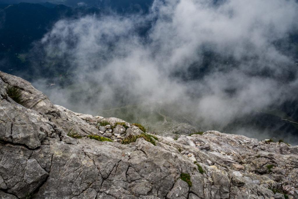 Die Aufnahme entstand auf ca. 2400m Höhe und zeigt den Blick auf das in Hochwolken liegende Watzmannhaus.
