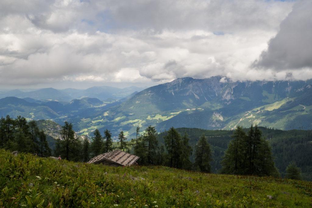 Die Falzalm mit Talblick auf das Berchtesgadener Land.