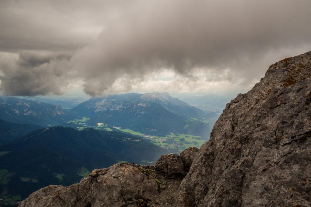 Der Weg zum Hocheck führt über felsiges Gelände und ermöglicht einen Blick auf den Nationalpark Berchtesgaden.