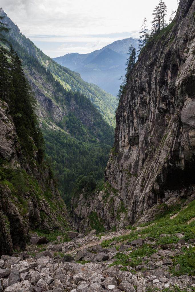 In Serpentinen schlängelt sich die Saugasse bergab entlang steiler Felsklippen.