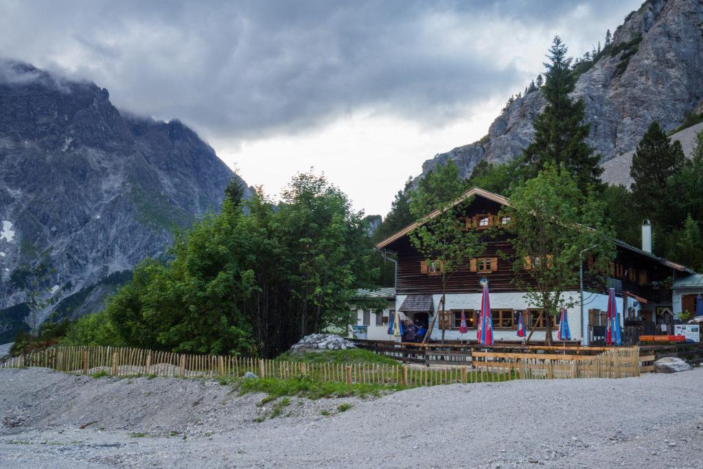Das Bild zeigt die Wimbachgrieshütte im kargen Wimbachtal in den frühen Abenstunden.