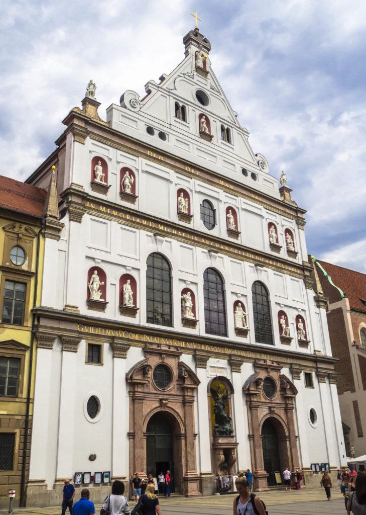 Das Bild zeigt die Außenansicht der Kirche St. Michael in München.