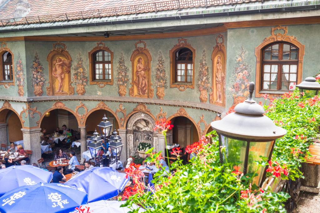 """Das Bild zeigt den Innenhof des Münchner Restaurants """"Zum Augustiner""""."""