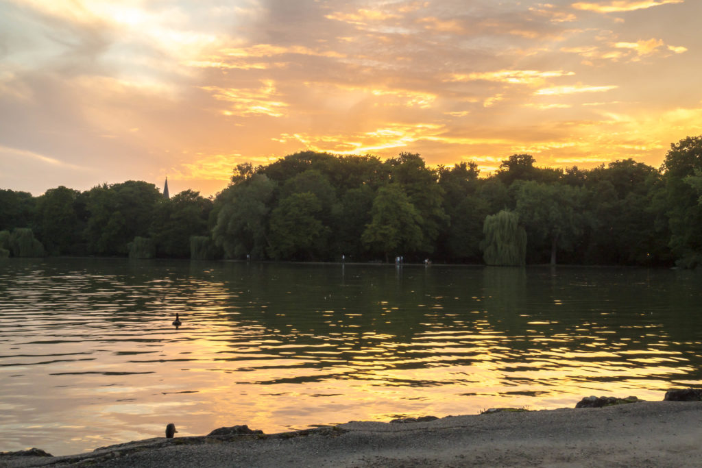 Das Bild zeigt einen See im Englischen Garten in der Abenddämmerung.