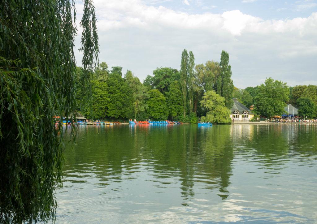 Das Bild zeigt den See im Englsichen Garten.