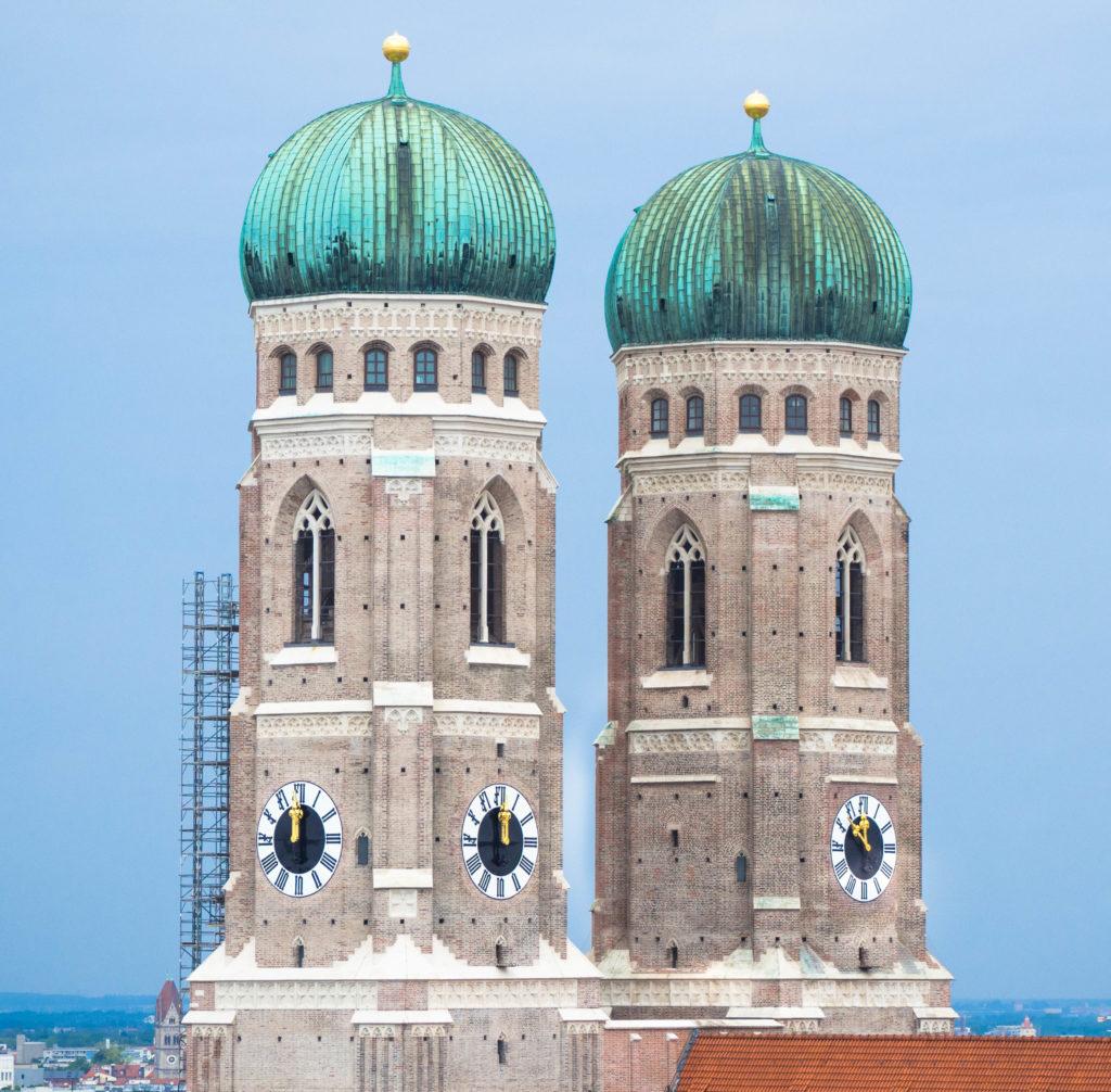 Das Bild zeigt eine Nahaufnahme der beiden Türme der Münchner Frauenkirche.