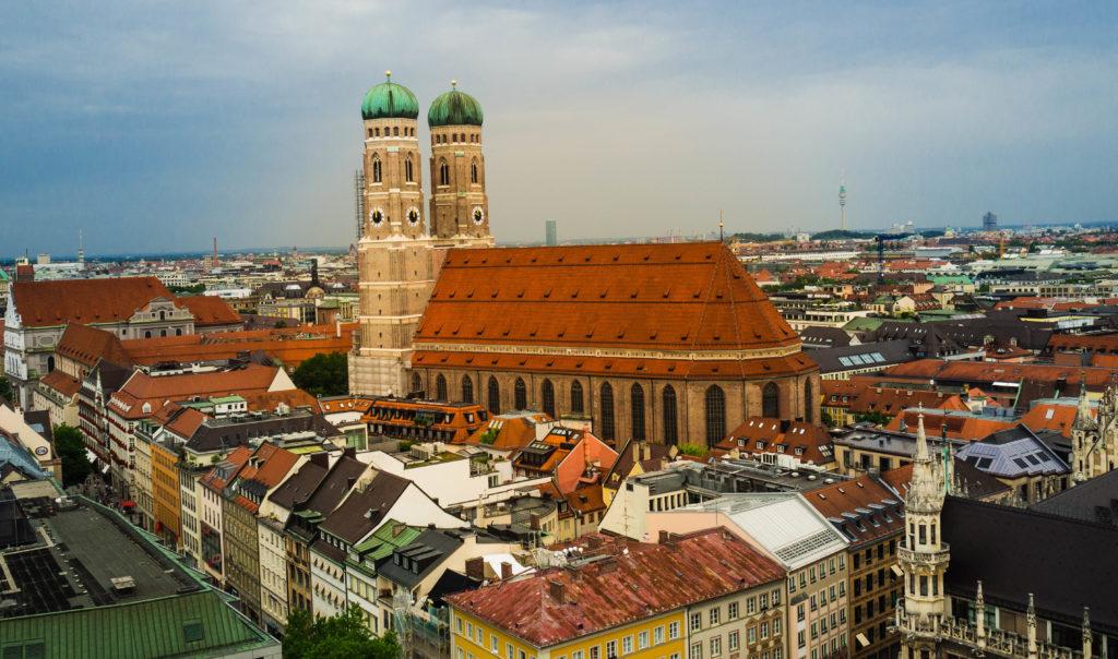 """Das Foto zeigt die Münchner Frauenkirche, fotografiert vom Turm des """"Alten Peter""""."""
