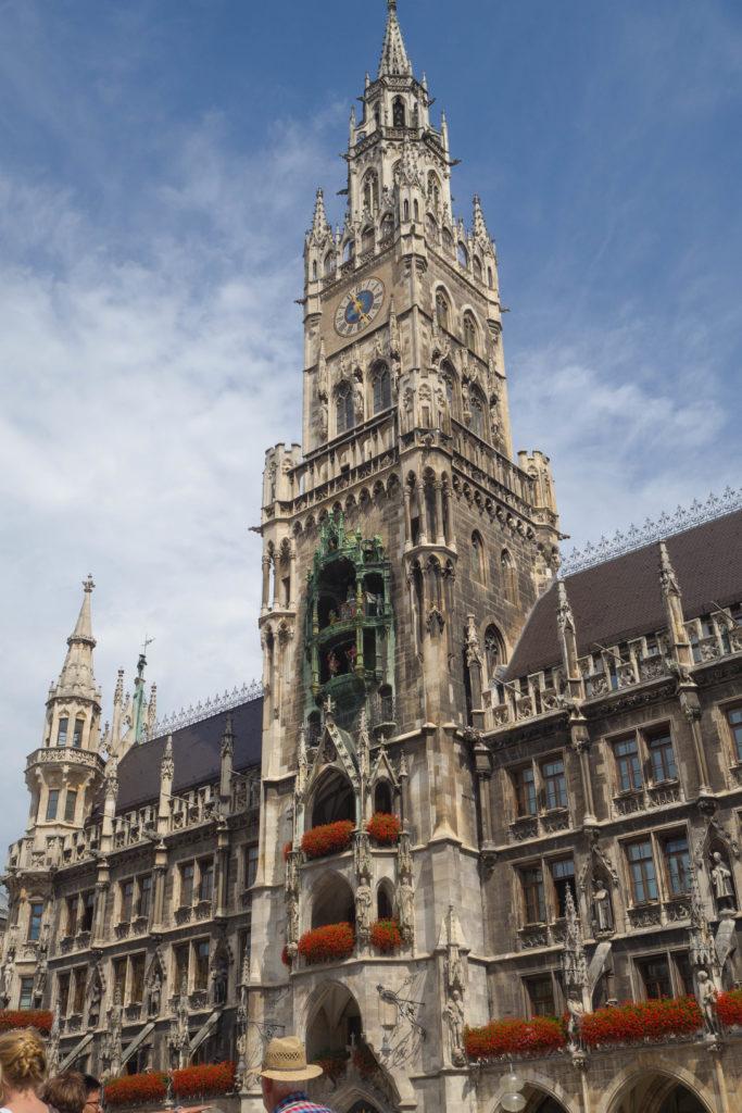 Das Foto zeigt das Neue Rathaus am Münchner Marienplatz an einem schönen Sommertag.