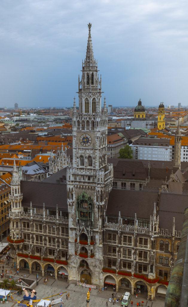 Das Bild ueogt das Neue Rathaus am Marienplatz.