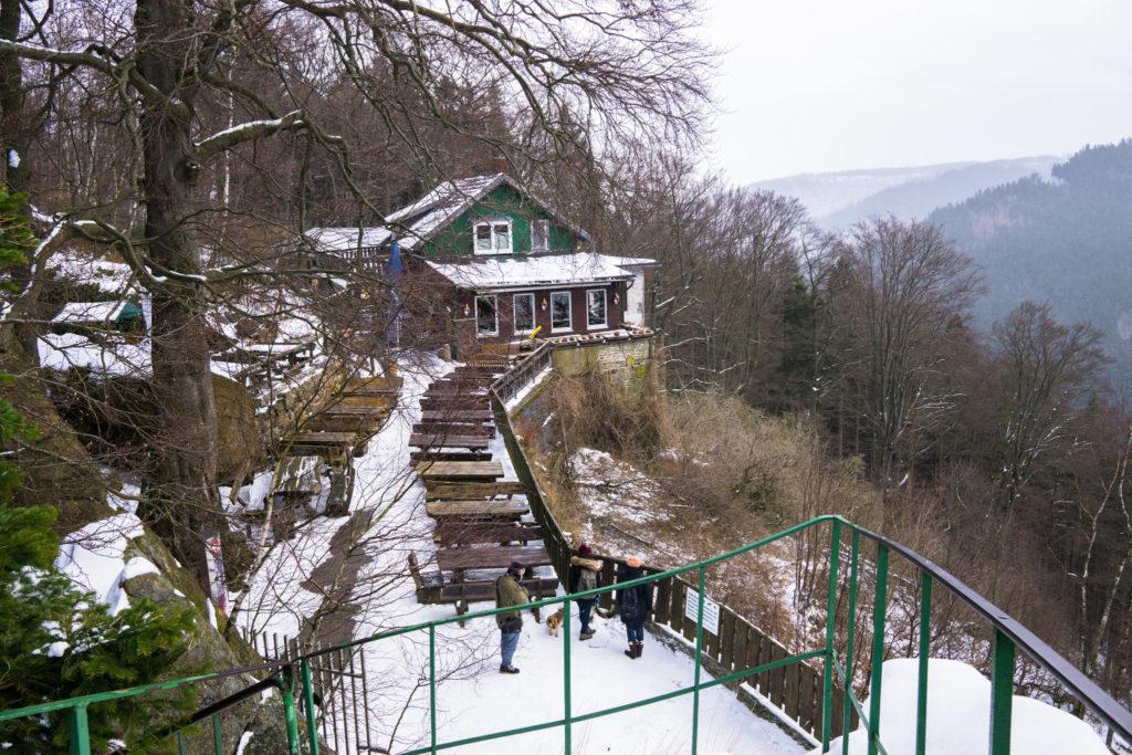 Auf dem Foto ist das Waldgasthaus Rabenklippe zu sehen.
