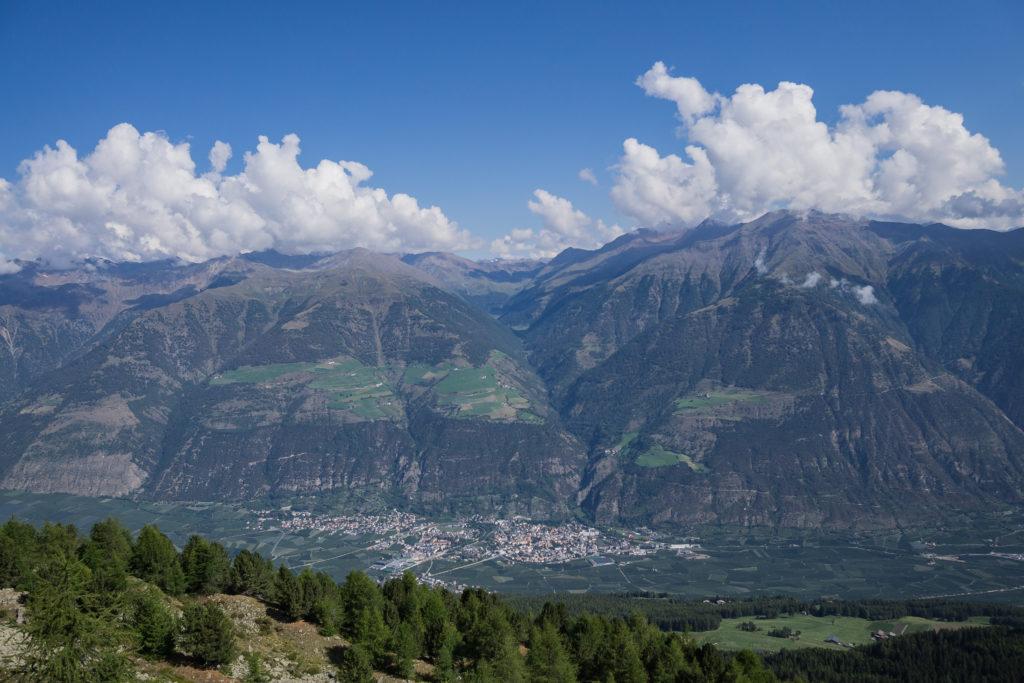 Auf dem Bild ist das Tal rund um den Ort Schlanders zu sehen.