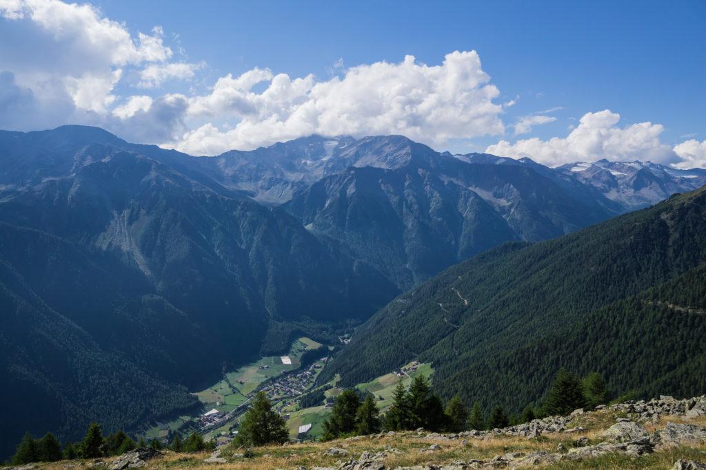 Das Bild zeigt den Blick vom Berg ins Martell Tal.