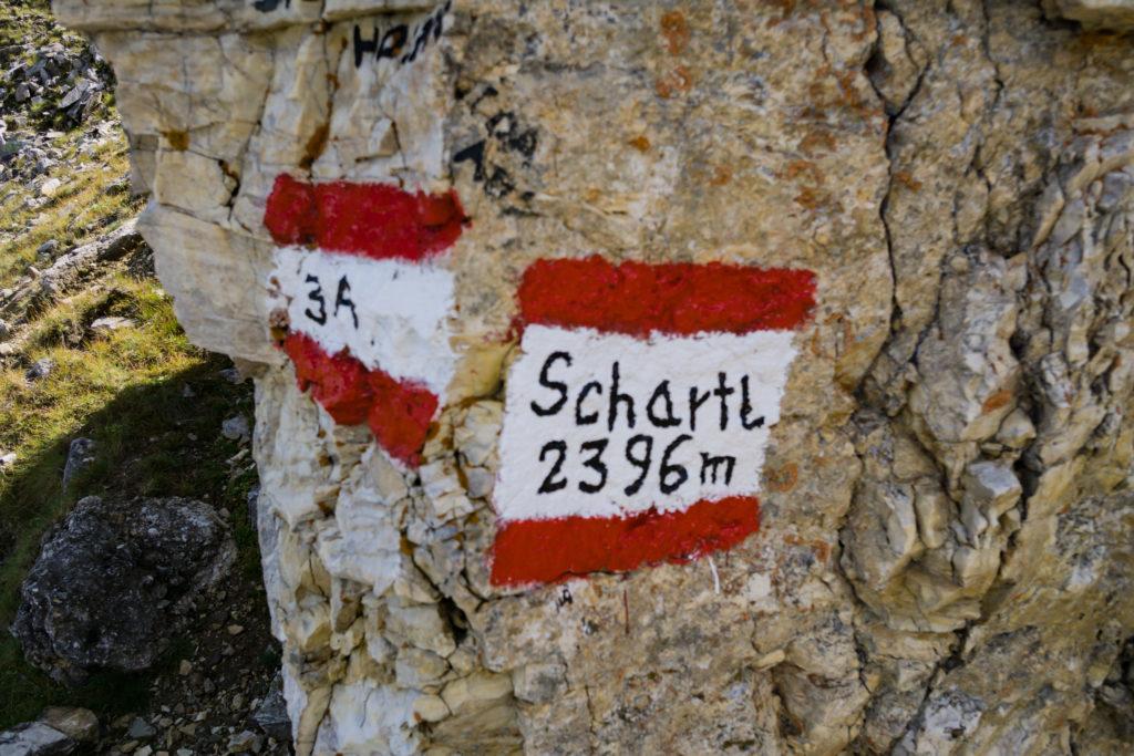 Das Foto zeigt einen Fels, auf dem der Wanderweg nach Göflan und die Göflaner Scharte markiert wurde.