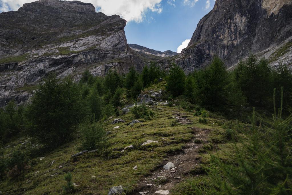 Das Bild zeigt den weiteren Weg hinauf Richtung See.
