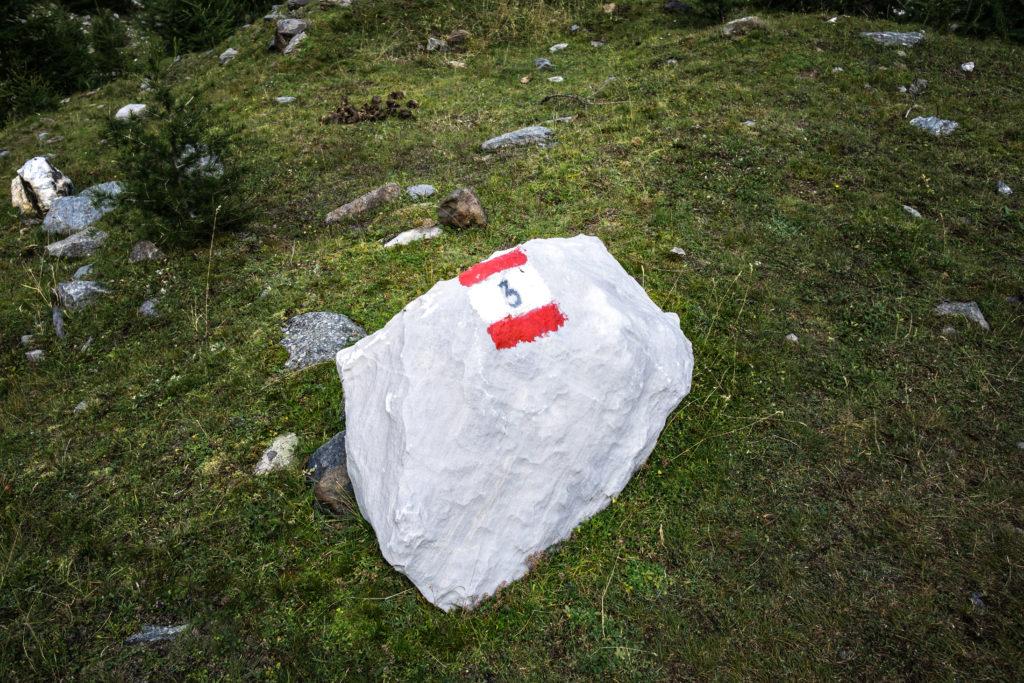Das Bild zeigt einen großen Marmorstein, auf dem der Weg Nr. 3 markiert wurde.