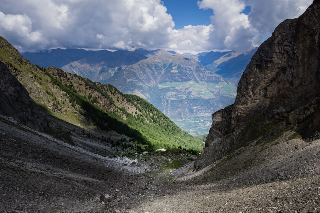 Das Bild zeigt den bereits zurückgelegten Weg über ein Geröllfeld.