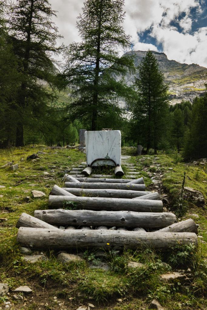 Das Bild zeigt eine Station des Marmorwegs, die veranschaulicht, wie der Marmor früher ins Tal transportiert wurde.