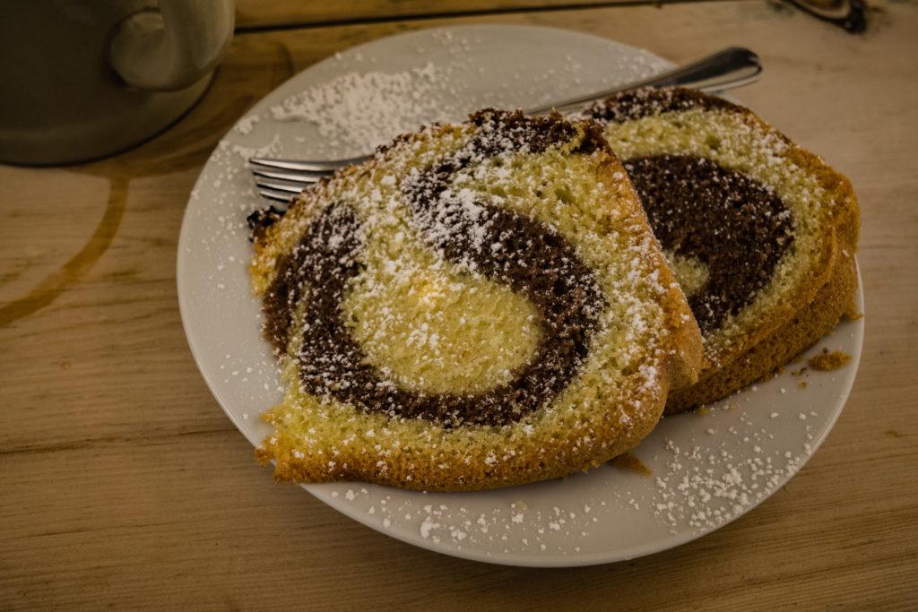 Das Bild zeigt den Marmorkuchen auf der Alm.