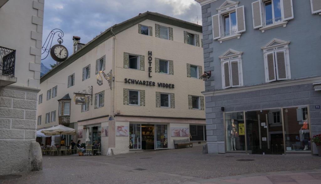 Das Bild zeigt das Hotel zum Schwarzen Widder in Schlanders.
