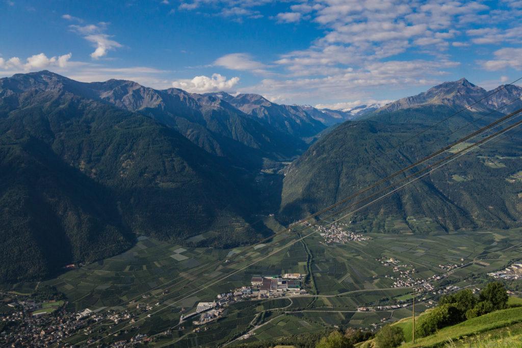 Das Bild zeigt den Talblick nach Laas von der Bergstation der Seilbahn St. Martin am Kofel.
