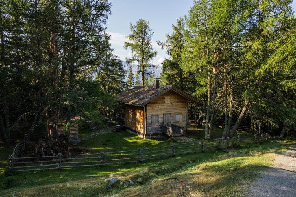 Das Bild zeigt eine kleine Holzhütte auf der Wanderung Richtung Zerminiger.