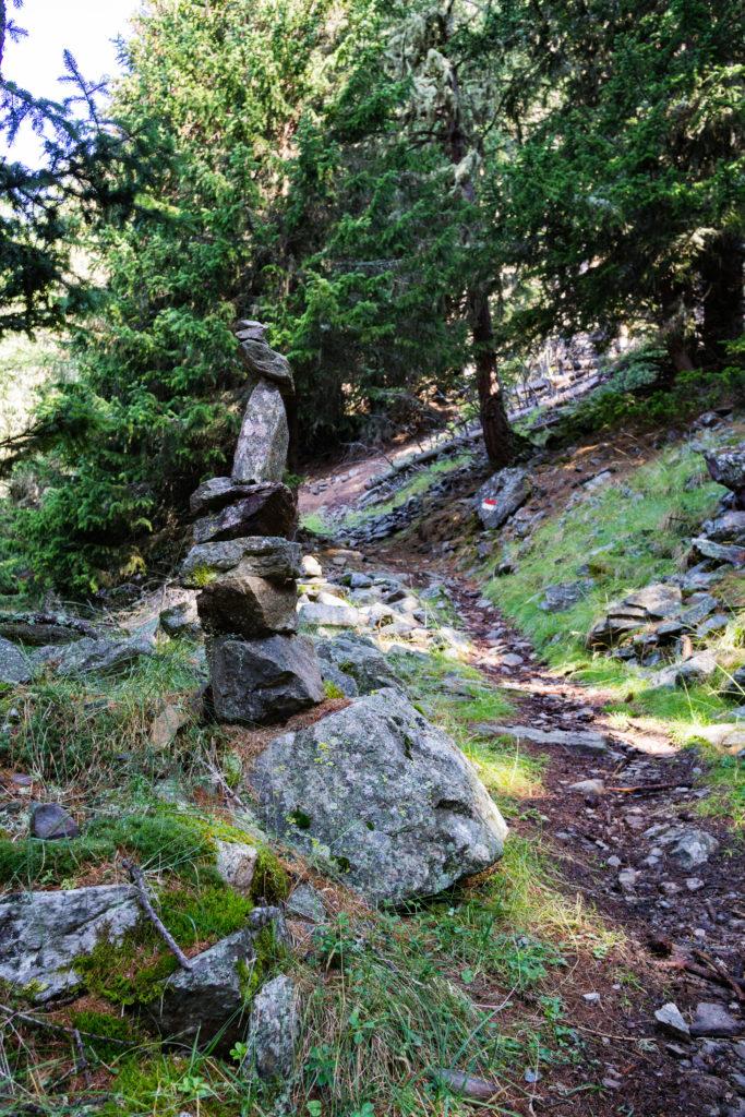 Ein Steinmännlein am Wegesrand auf der Wanderung zum Zerminiger.