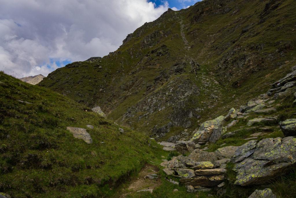 Das Bild zeigt den Wanderweg zum Niederjöchlkreuz durch raues Gestein.