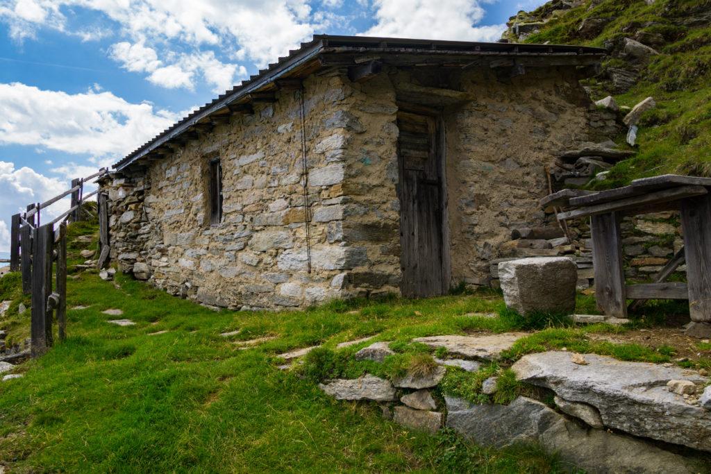 Das Bild zeigt eine alte Hirtenhütte auf dem Weg zum Niederjöchl im Vinschgau.