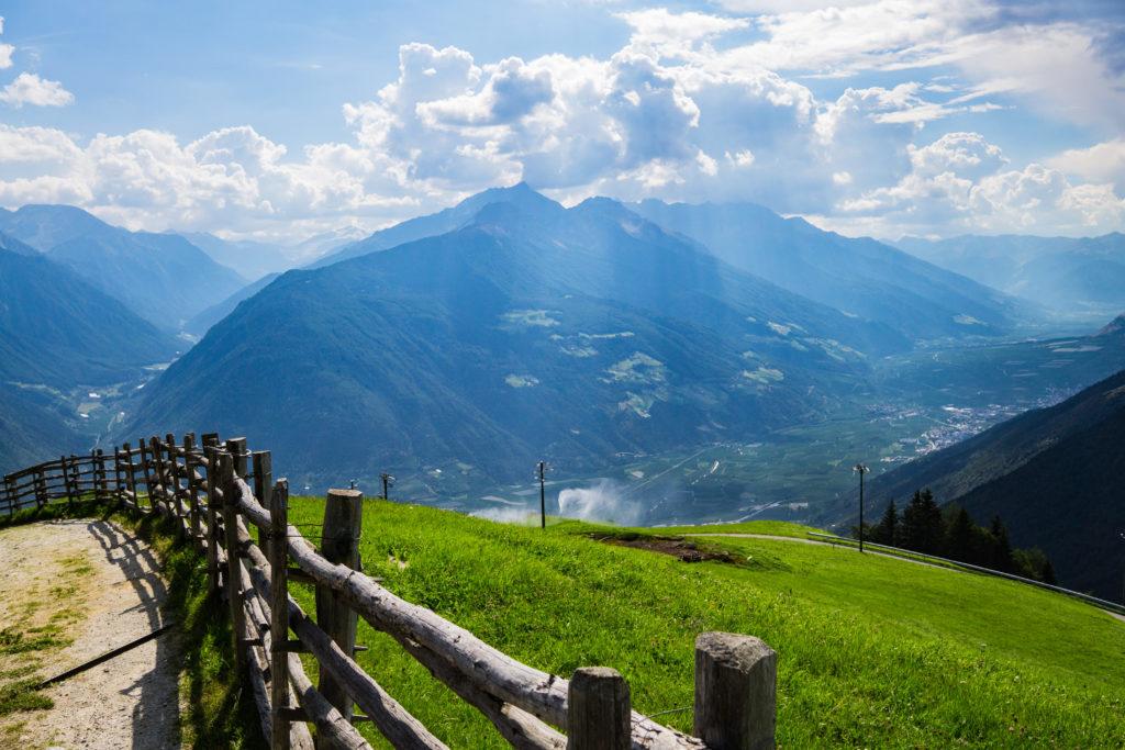 Das Bild zeigt den Blick ins Tal nach Laas von einer grünen Alm aus.