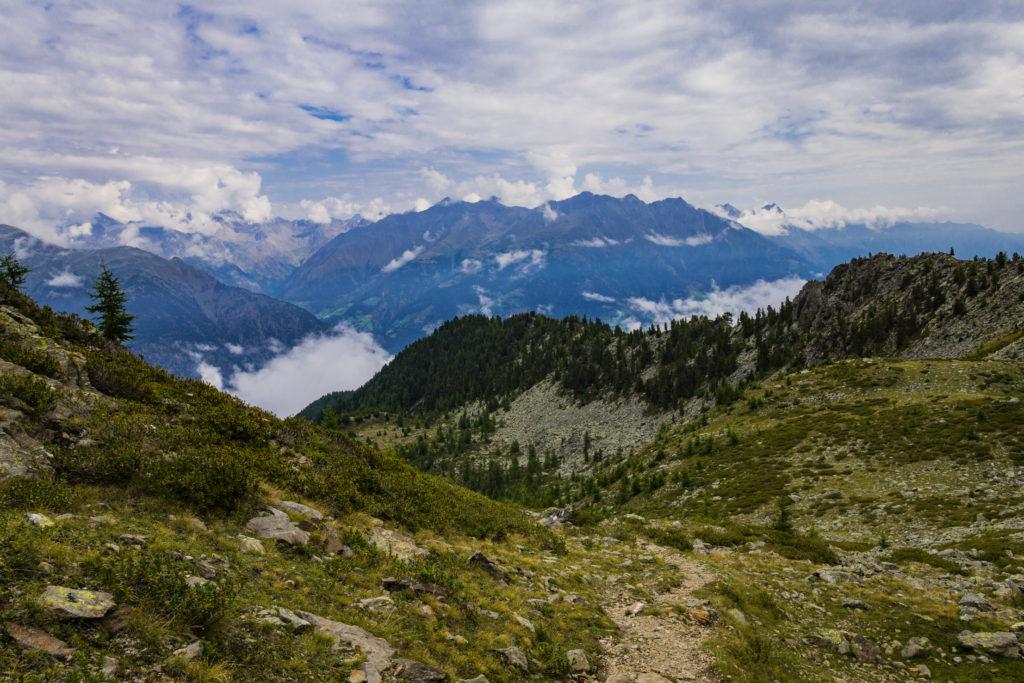 Das Bild zeigt den Ausblick auf die umliegenden Berge mit
