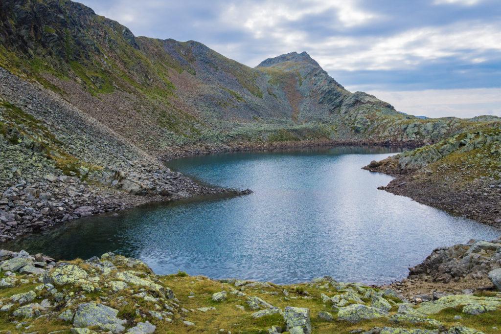 Das Bild zeigt den ersten der beiden Kofelraster Seen im Vinschgau.