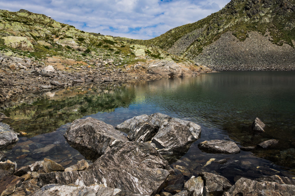 Das Bild zeigt einen Ausschnitt des Kofelraster Sees vom Ufer aus fotografiert.