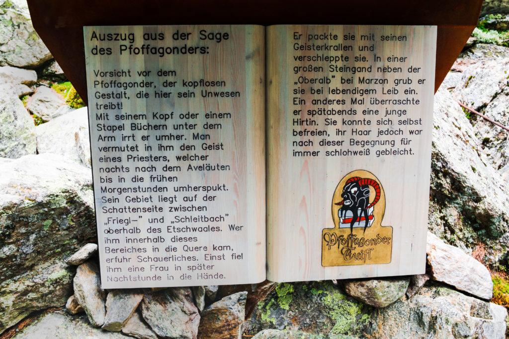 Das Bild zeigt eine Holztafel, die von einer alten Südtiroler Sage berichtet.